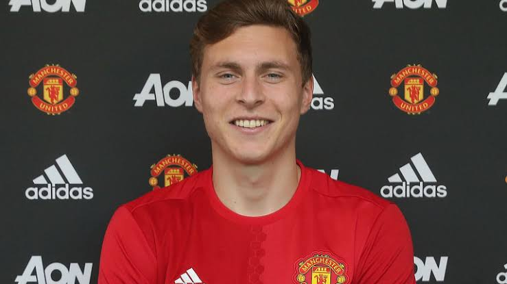Man U sign Victor Lindelof for £31m